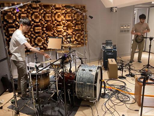 正式錄音時在大鼓外面多疊一顆大鼓的錄音法