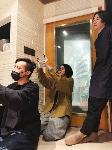 一起寫歌時,福祿壽三位製作人在看大家Jam,像看兒女才藝表演成果發表